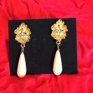 Jewelry - Fabulous sparkly danglers gold tone
